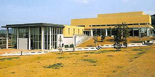県立長崎シーボルト大学(管理棟)